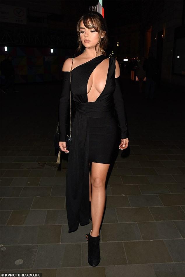 Demi Rose 'thả rông' xuống phố sau khi bị chê bai kỹ năng catwalk - ảnh 1