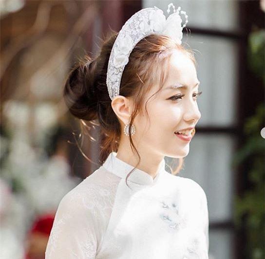 Hotgirl Mie Nguyễn khoe ảnh lung linh ngày ăn hỏi nhưng đáng chú ý nhất là bức ảnh chụp lại thần thái cô nàng trước giờ lên xe hoa - Ảnh 2.