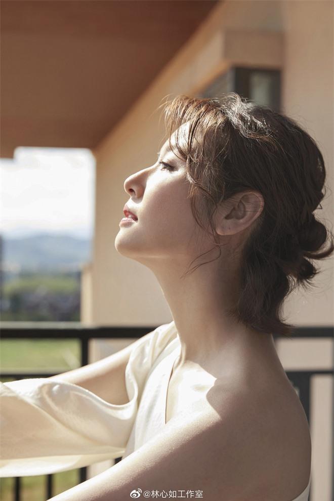 Lâm Tâm Như lên cân, đẫy đà ở tuổi 43, ảnh chưa photoshop một trời một vực với loạt ảnh chỉnh sửa kỹ càng - Ảnh 2.