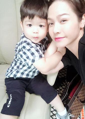 Mới đây, Nhật Kim Anh bất ngờ công khai van xin chồng cũ - doanh nhân Bửu Lộc cho cô được nhìn thấy con trai dẫu chỉ một phút. Nữ diễn viên cho biết thêm chồng cũ lấy cớ bận liên tục để chia cách hai mẹ con.