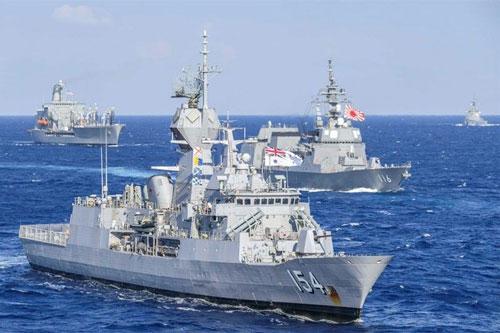 Lực lượng Hải quân Mỹ, Nhật Bản, Canada và Australia vừa tham gia một cuộc tập trận ngoài khơi bờ biển Philippines. Trong hình là tàu hộ tống HMAS Parramatta lớp Anzac của Australia (trước), tàu khu trục Teruzuki lớp Akizuki của Nhật Bản (giữa) và tàu tiếp dầu USNS Pecos của Mỹ (sau). Ảnh: Hải quân Mỹ.
