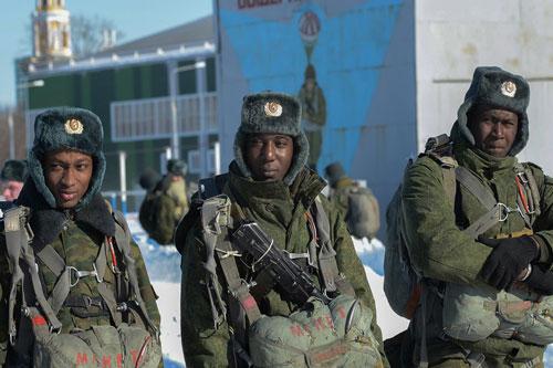 Nam giới ở Nga đang càng ngày càng trở thành... của hiếm, thiếu nam giới cùng với việc tỷ lệ trốn nghĩa vụ quân sự cao do lãnh thổ rộng lớn dẫn đến việc từ năm 2015, tổng thống Nga Vladimir Putin đã ký lệnh cho phép người nước ngoài gia nhập quân đội Nga. Nguồn ảnh: Rumil.