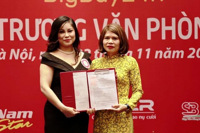Bà Nguyễn Thị Ngọc (bên trái) giám đốc Văn phòng đại diện Bigbuy24h nhận quyết định thành lập Văn phòng đại diện 4.