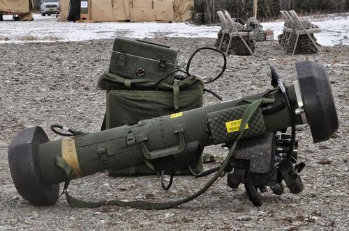 Theo giới thiệu của nhà sản xuất, khác biệt giữa Javelin nguyên bản và bản nâng cấp là bộ phận điều khiển phóng được nâng cấp đáng kể giúp giảm kích thước khoảng 70%, trọng lượng khoảng 40% so với phiên bản tên lửa Javelin tiêu chuẩn.