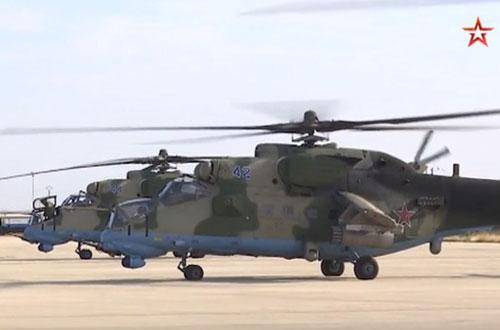 Trực thăng tấn công Mi-35 của Nga hạ cánh tại sân bay Qamishli. Ảnh chụp màn hình TV Zvezda.