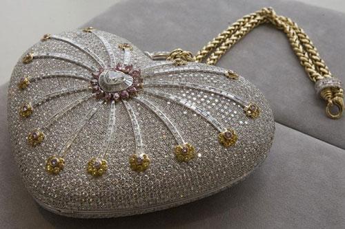 """1. Ví kim cương """"Mouawad nghìn lẻ một đêm"""" – Trị giá 3,8 triệu USD: Tổng cộng, nó được đính 4.517 viên kim cương. Trong đó có 4.356 viên kim cương không màu, 56 viên kim cương hồng và 105 viên kim cương màu vàng."""