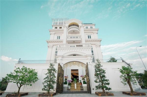 Chiêm ngưỡng lâu đài dát vàng như cung điện của Lý Nhã Kỳ - Ảnh 1