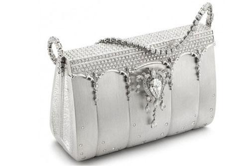 2. Túi Hermes Birkin Blue của Ginza Tanaka – Với thiết kế độc đáo và nhất là được đính 2.000 viên kim cương, chiếc túi này có giá trị lên tới 1,9 triệu USD.