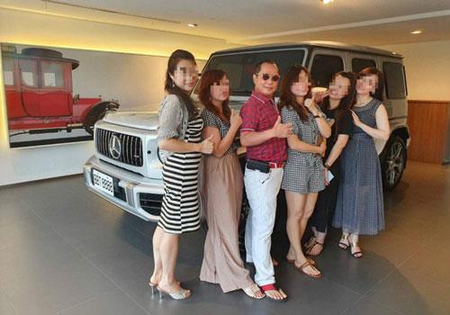 Hu tự hào khi khoe về gia sản giàu có cùng cuộc sống hạnh phúc với 4 bà vợ. (Ảnh: Facebook)