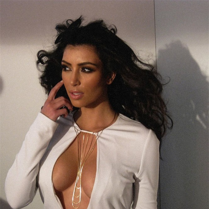 Kim Kardashian diện bodysuit 'trồng cây chuối' khoe 'siêu vòng ba' trứ danh - ảnh 6