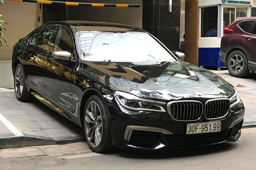 Ở phiên bản xe sang BMW M760Li, hãng xe Đức đã sử dụng khối động cơ lớn nhất trong danh mục sản phẩm của mình – V12 6.6L tăng áp kép (twin-turbocharged) mã N74, đây là khối động cơ V12 6.6L được tìm thấy trên các dòng xe siêu sang mang thương hiệu Rolls-Royce như: Ghost, Wraith hay Dawn. Trên M760Li, động cơ cho công suất tối đa lên đến 600 mã lực và mô-men xoắn cực đại 800Nm.