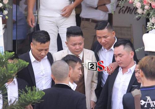 Ngày 15/11, hôn lễ của Bảo Thy và doanh nhân gốc Hà Tĩnh đã chính thức diễn ra. Từ sáng sớm, chú rể Phan Lĩnh và đoàn nhà trai đã có mặt tại tư gia của cô dâu. Nam doanh nhân thu hút sự chú ý khi mang theo dàn xế sang, với nhiều thương hiệu nổi tiếng như Rolls-Royce, Maybach...