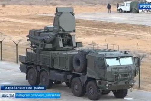 Theo những hình ảnh được công bố cho thấy, Nga đã điều đến Qamishli nhiều xe chiến đấu bộ binh BMP-2, xe BTR-82A, lựu pháo, trực thăng Mi-8, trực thăng tấn công Mi-35M và đặc biệt có cả hệ thống phòng không Pantsir-SM.