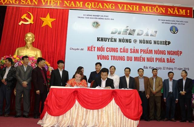 Đại diện Big C (bên phải) ký kết Hợp đồng thương mại với Hợp tác xã của tỉnh Bắc Kạn.