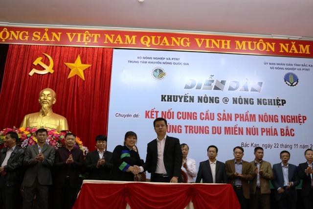 Đại diện Big C (bên phải) ký kết hợp tác với Hợp tác xã tạo sinh kế cho đồng bào dân tộc thiểu số tỉnh Bắc Kạn.