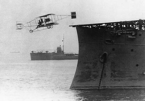 Ngày 14/11/1911, máy bay Curtiss Pusher đã là chiếc máy bay đầu tiên của Không quân Hải quân Mỹ cất cánh thành công từ một tàu thiết giáp hạm cải biến thành tàu sân bay. Đây cũng chính là ngày Không quân Hải quân Mỹ được ra đời. Nguồn ảnh: BI.