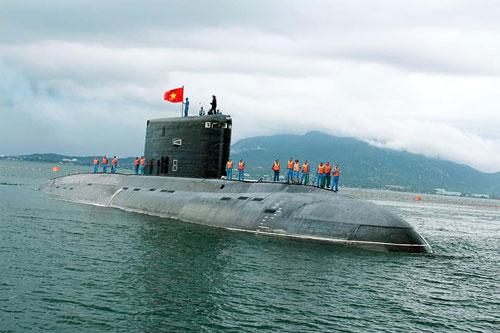 Tháng 12/2009, Việt Nam lần đầu tiên ký hợp đồng mua của Nga 6 tàu ngầm lớp Kilo thuộc dự án 636. Vào thời điểm này, giá của mỗi tàu ngầm Kilo mà Việt Nam đặt mua vào khoảng 350 triệu USD. Nguồn ảnh: BHQ.