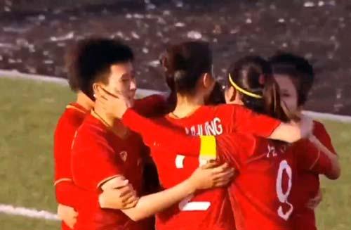 Việt Nam ăn mừng bàn thắng mở tỉ số.