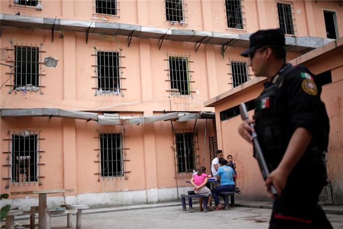bàn thò tủ thàn trong nhà tù khét tiéng dãm máu ỏ mexico hinh anh 12