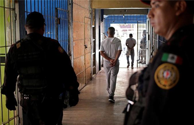 bàn thò tủ thàn trong nhà tù khét tiéng dãm máu ỏ mexico hinh anh 3