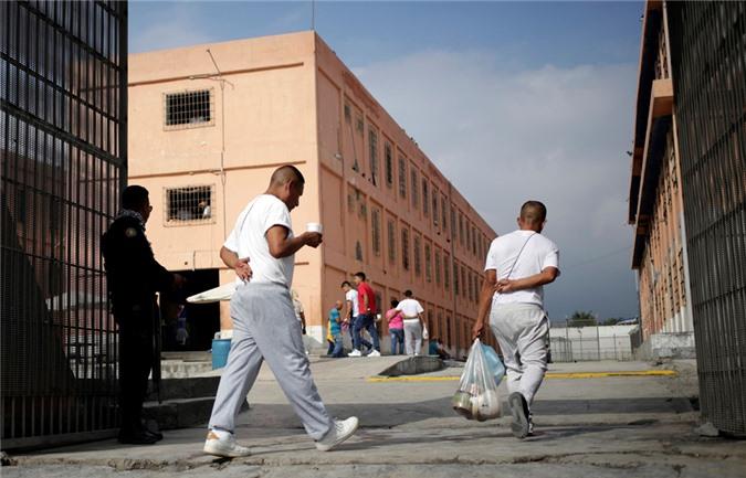 bàn thò tủ thàn trong nhà tù khét tiéng dãm máu ỏ mexico hinh anh 5