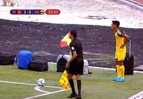 U22 Brunei vừa đá bóng vừa trông đồ khi gặp U22 Việt Nam tại SEA Games 30.