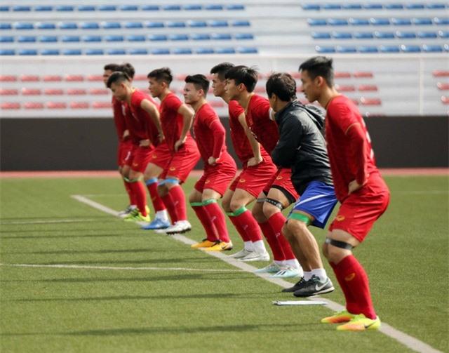 Quang Hải, Hùng Dũng ra sân tập, sẵn sàng thi đấu với U22 Lào - Ảnh 2.