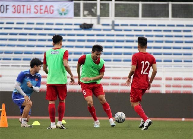 Quang Hải, Hùng Dũng ra sân tập, sẵn sàng thi đấu với U22 Lào - Ảnh 9.