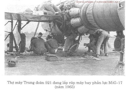Trong giai đoạn giữa của những năm 1960, Liên Xô đã chuyển giao cho Việt Nam rất nhiều tiêm kích MiG-17 để chúng ta sử dụng làm chiến đấu cơ giao tranh với Mỹ trên bầu trời miền Bắc. Ảnh: Thợ máy Trung đoàn 921 đang lắp ráp máy bay phản lực MiG-17 (năm 1965) - TL.