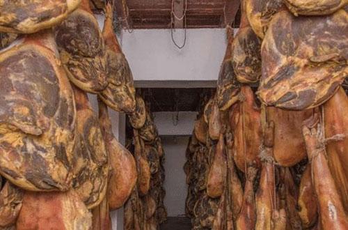 Tại thị trấn Bàn ở tỉnh Quý Châu, Trung Quốc có món đặc sản đùi lợn hun khói ngon nức tiếng.