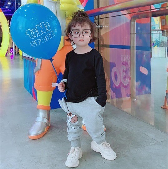 Cô bé 2 tuổi gây bão làng thời trang nhí Việt Nam - Ảnh 1.