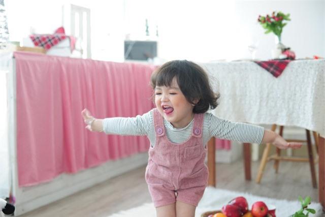 Cô bé 2 tuổi gây bão làng thời trang nhí Việt Nam - Ảnh 2.