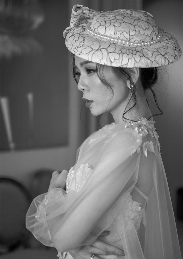 Hồ Ngọc Hà ôm Kim Lý ngồi xem Lệ Quyên diễn thời trang - 13
