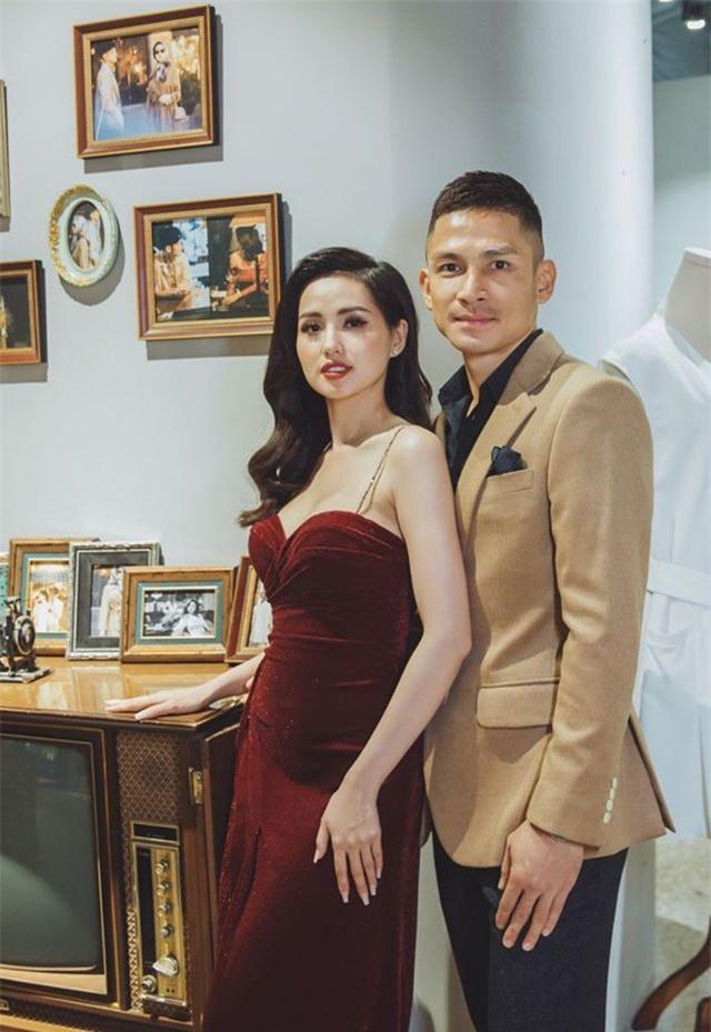 Hồ Ngọc Hà ôm Kim Lý ngồi xem Lệ Quyên diễn thời trang - 14