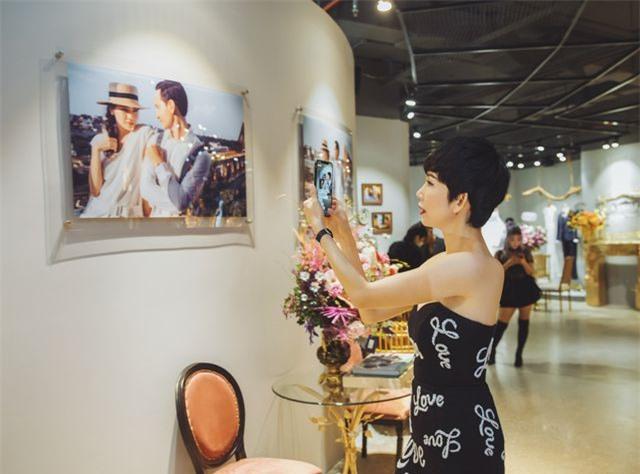 Hồ Ngọc Hà ôm Kim Lý ngồi xem Lệ Quyên diễn thời trang - 15