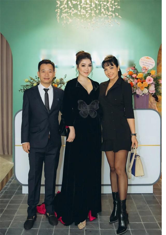 Hồ Ngọc Hà ôm Kim Lý ngồi xem Lệ Quyên diễn thời trang - 16
