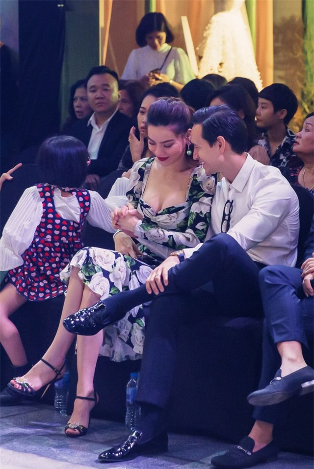 Hồ Ngọc Hà ôm Kim Lý ngồi xem Lệ Quyên diễn thời trang - 4