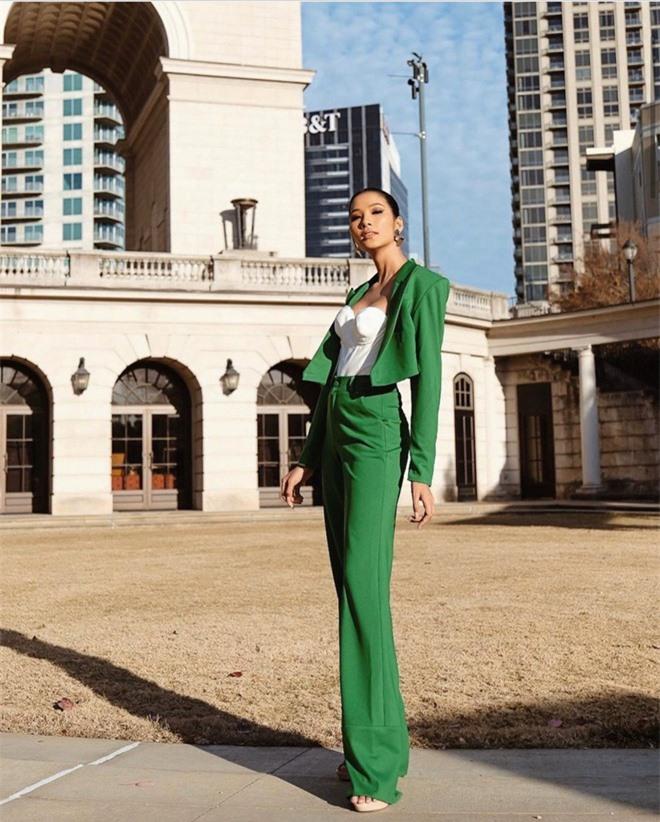 Hoàng Thùy rạng rỡ tới Mỹ dù gặp sự cố phải đóng 2000 USD ở sân bay: Sẵn sàng chinh phục vương miện Miss Universe thôi! - Ảnh 2.