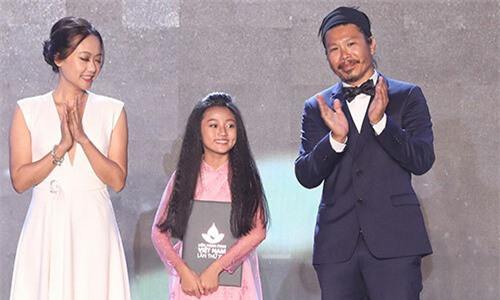 Bé Cát Vi (giữa) nhận danh hiệu Nữ diễn viên phụ xuất sắc.