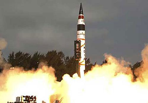 Theo đó, giới chức Ấn Độ cho biết, tên lửa hạt nhân khai hỏa lúc 19h30 (giờ địa phương), được phóng đi ở cự ly 2.000km từ bãi phóng thử nghiệm trên đảo Abdul Kalam tới mục tiêu đặt tại Vịnh Bengal.