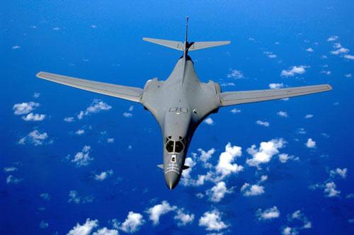 Đầu tiên là máy bay ném bom chiến lược B-1B Lancer. Ở tuổi 32, đây là loại máy bay ném bom chiến lược nguy hiểm bậc nhất của Không quân Mỹ hiện tại bên cạnh máy bay ném bom B-52H - vốn quá cũ và máy bay ném bom B-2 Spirit - quá hiện đại nhưng số lượng ít. Nguồn ảnh: BI.