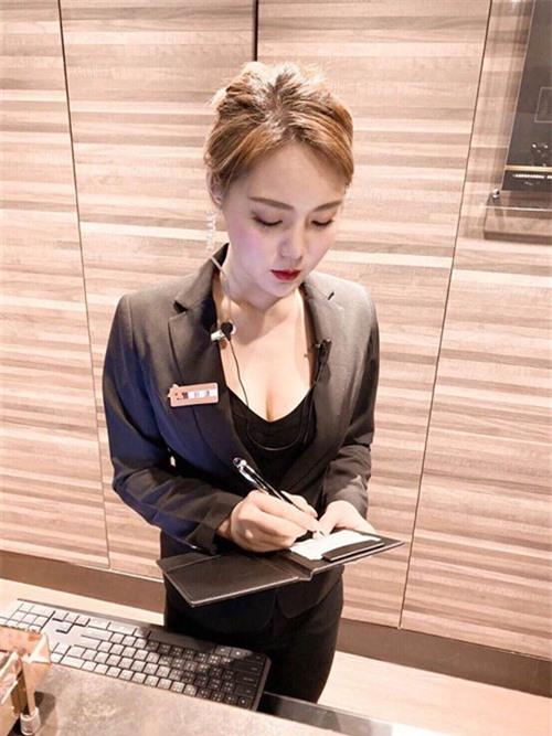 Chỉ với một bức ảnh bị chụp trộm, nữ nhân viên bán hàng bỗng chốc trở thành hot girl nổi tiếng, được so sánh xinh như Yua Mikami - Ảnh 1.