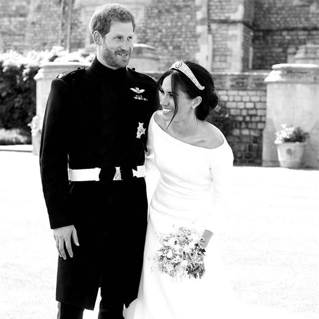 Vợ chồng Meghan Markle kỷ niệm 2 năm đính hôn bằng 3 tấm hình đặc biệt có ẩn ý - Ảnh 2.