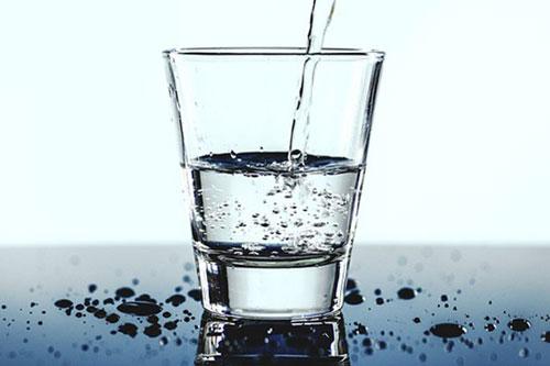 Một tác nhân góp phần quan trọng làm cho máu đóng cục là tình trạng mất nước. Khi bạn không có đủ nước trong máu, nó sẽ đặc lại, làm tăng rủi ro đông máu. Ảnh: hhdresearch.