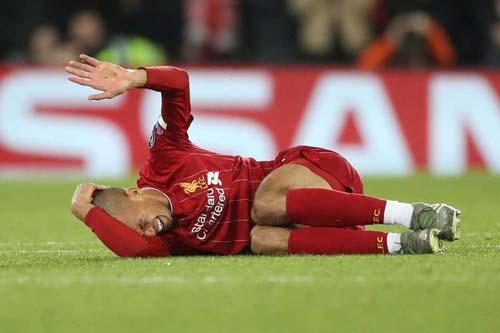 Fabinho đổ gục xuống sân trong đau đớn - Ảnh: Standar