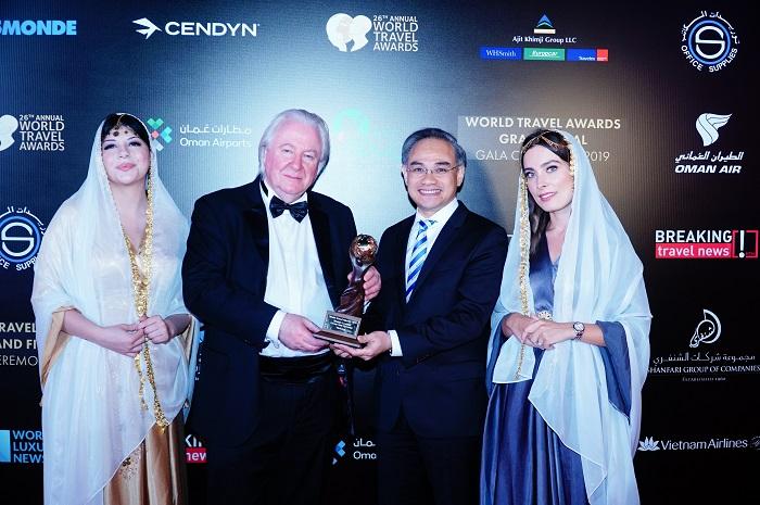 Ông Graham E.Cooke, nhà sáng lập WTA trao giải thưởng cao quý cho đại diện Vietravel