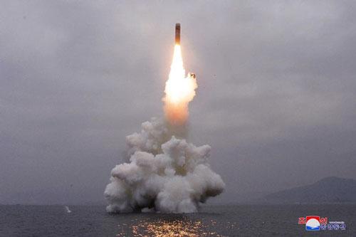 Hình ảnh đợt phóng tử tên lửa từ tàu ngầm ngày 2/10. Ảnh: Reuters/KCNA