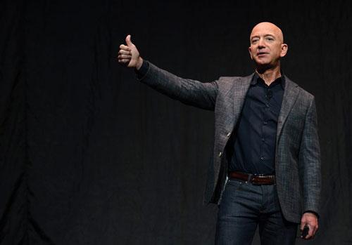 Khi Amazon bước sang tuổi 25, Jeff Bezos đã trở thành một tượng đài trong giới công nghệ, cùng với Bill Gates thay phiên giữ danh hiệu người giàu nhất toàn cầu, mang đến trợ lý ảo Alexa và chi gần 14 tỷ USD để mua lại chuỗi cửa hàng thực phẩm Whole Foods. Trước khi đạt đến những thành công này, ông đã trải qua 10 năm đáng nhớ.