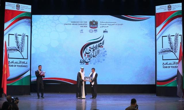 Đại sứ UAE Obaid Saeed Obaid Bintaresh Al Dhaheri tặng quà lưu niệm cho Thứ trưởng Ngoại giao Việt Nam Nguyễn Minh Vũ.