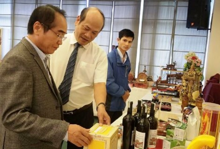 Phó Bí thư Thường trực Tỉnh ủy Bùi Thanh Hà cùng lãnh đạo Sở Công Thương tham quan các Sản phẩm công nghiệp nông thôn tiêu biểu năm 2019